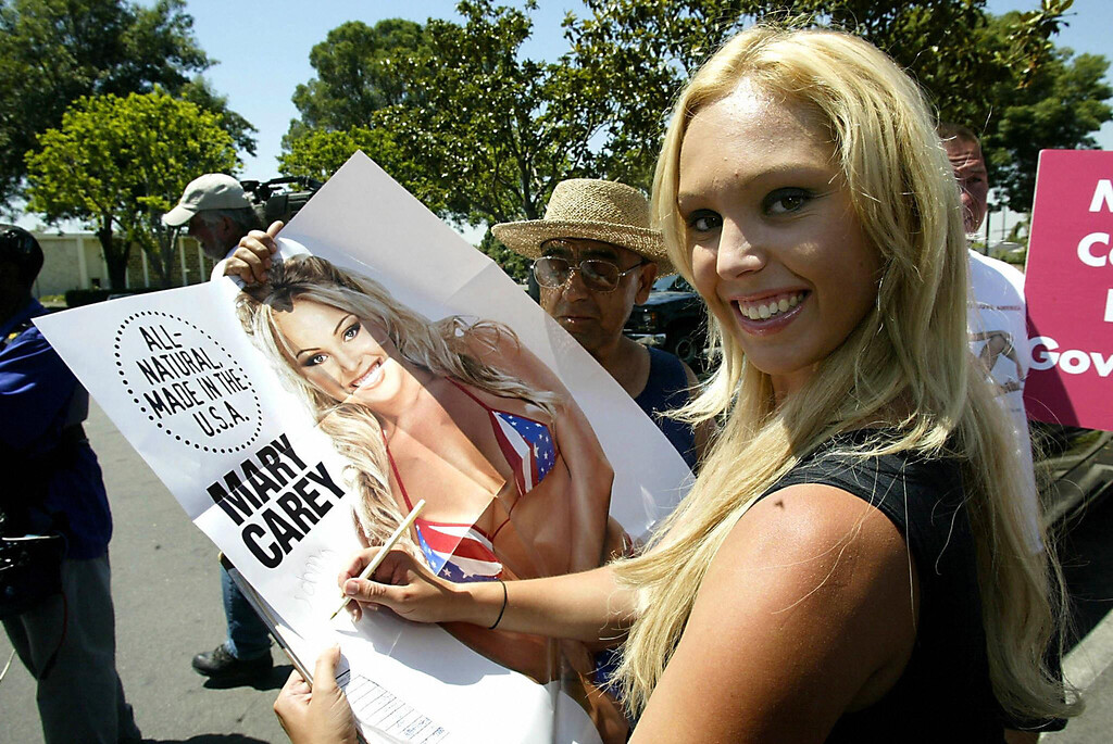 . Adult film actress Mary Carey arrives at the Los Angeles County Registrar\'s Office in Norwalk, CA to register her candidacy during the last day to register candidates for the post of governor, 09 August 2003. Among those running are Carey, actor Arnold Schwarzenegger, and Hustler magazine publisher Larry Flynt, all willing to replace Gray Davis on the recall election scheduled for 07 October.   AFP PHOTO/HECTOR MATA  (Photo credit should read HECTOR MATA/AFP/Getty Images)