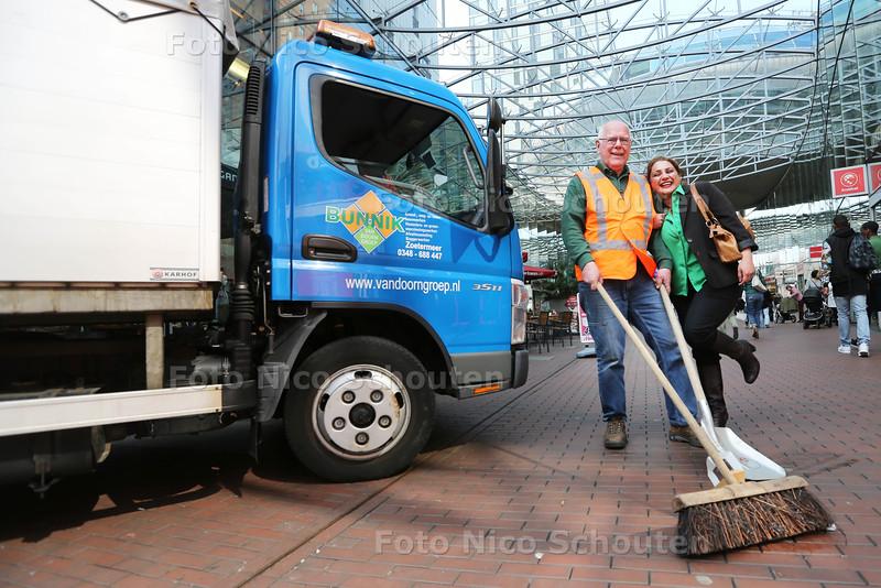 Theo van der Hoeven houdt al 32 jaar het Stadshart schoon. Vrijdag gaat hij met pensioen - Een spontane blijk van waardering van een voorbijgangster - ZOETERMEER 9 APRIL 2015 - FOTO NICO SCHOUTEN
