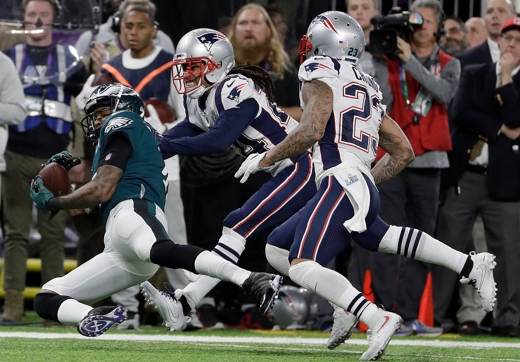 . Philadelphia Eagles\' Alshon Jeffery, left, catches a pass in front of New England Patriots\' Stephon Gilmore during the first half of the NFL Super Bowl 52 football game Sunday, Feb. 4, 2018, in Minneapolis. (AP Photo/Matt Slocum)