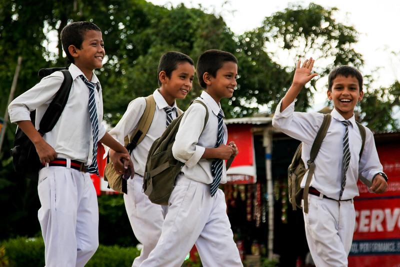 תלמידים חוזרים מבית הספר