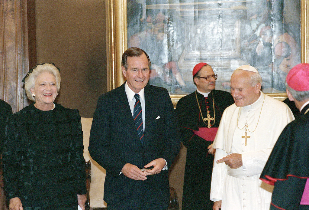 . DC AP - President George Bush and First Lady Barbara Bush chat with Pope John Paul II in his library at the Vatican during an audience, Saturday, May 27, 1989. (AP photo/stf-Ron Edmonds)