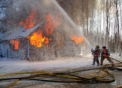 2006-3-4 Live Burn 405 Beebe and Brown spraying foam 1454~.jpg