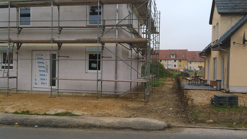 Das sieht viel zu dicht aus, zwischen Hecke und Haus links sind keine zwei Schritte Platz - wie sollen das drei Meter sein?
