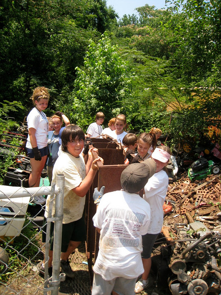 River of Life youth remove debris to spruce up neighborhood.  ky
