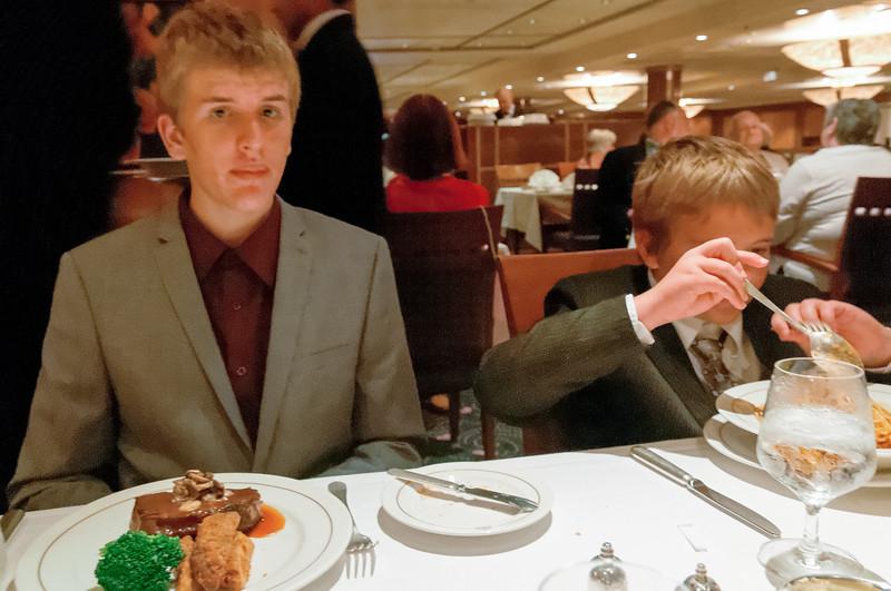 Oskar war zwar hungrigm das Steak war aber fast zu gross.