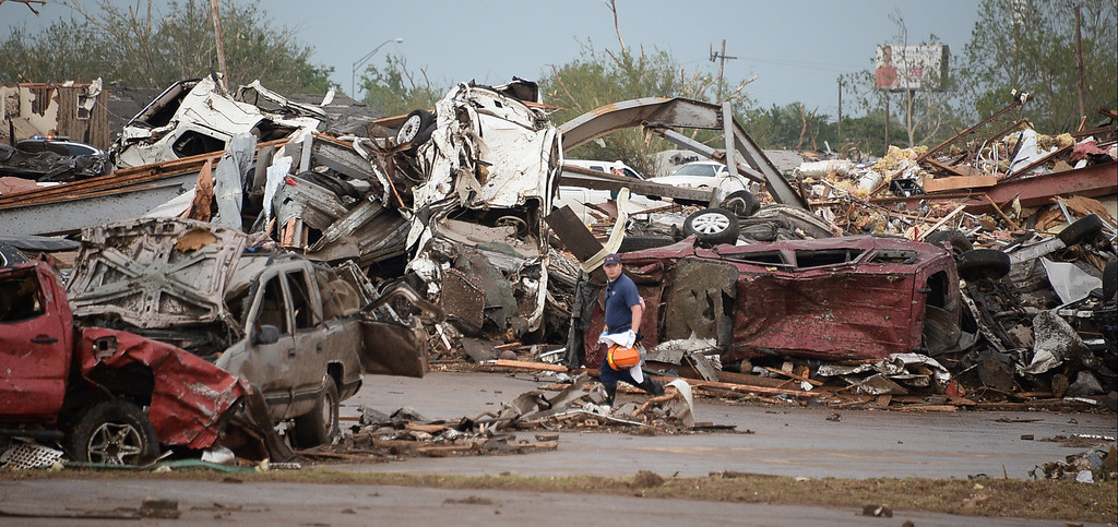 . Rescues worker look for victims in a destroyed building at the Moore hospital parking lot after a tornado struck Moore, Oklahoma, near Oklahoma City, May 20, 2013. 