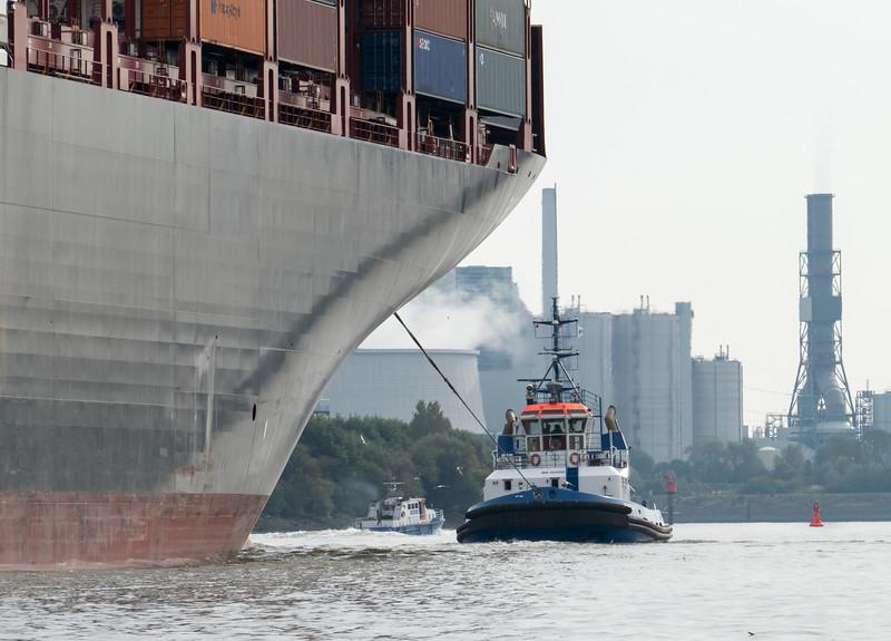 Schlepper vor Containerschiff auf dem Weg zum Containerterminal Altenwerder im Hintergrund Kraftwerk Moorburg