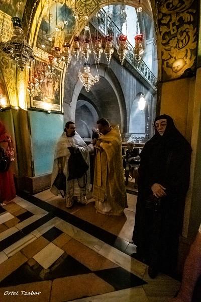 נזירה ושני כמרים בכנסיית הקבר.jpg