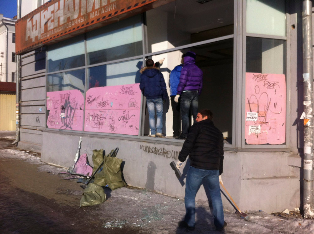 . People look at damage to a shop following sightings of a falling object in the sky in the Urals city of Chelyabinsk February 15, 2013. A powerful blast rocked the Russian region of the Urals early on Friday with bright objects, identified as possible meteorites, falling from the sky, emergency officials said. REUTERS/Andrei Kuzmin