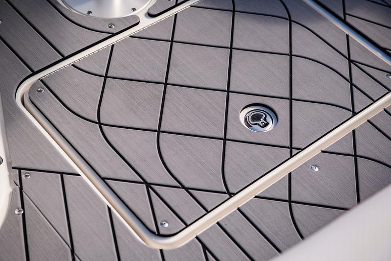 2020-SLX-R-400-e-Outboard-sea-dek-02.jpg