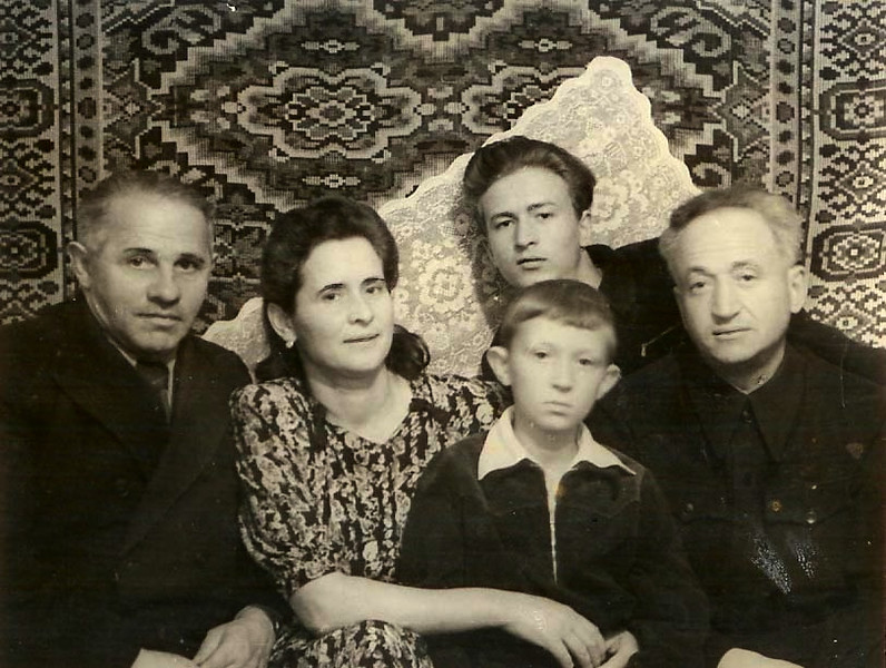 Вся семья.Роза,Гриша, Леня и Алик(Александр).Слева на фото -ближайший друг семьи,чудесный ВРАЧ,просидевший в лагерях более 10 лет...за то,что закончив Ленинградскую медицинскую академию, поступил и отлично окончил Венскую мед.академию..