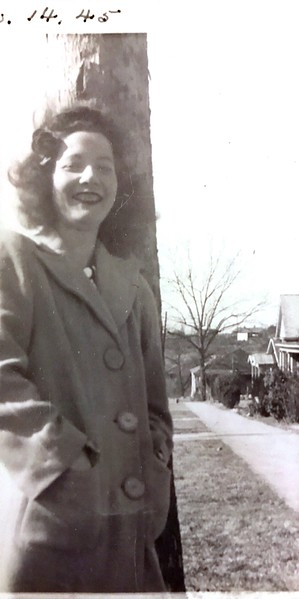 No idea who this is. Photo not labeled. Is this grandmaw?