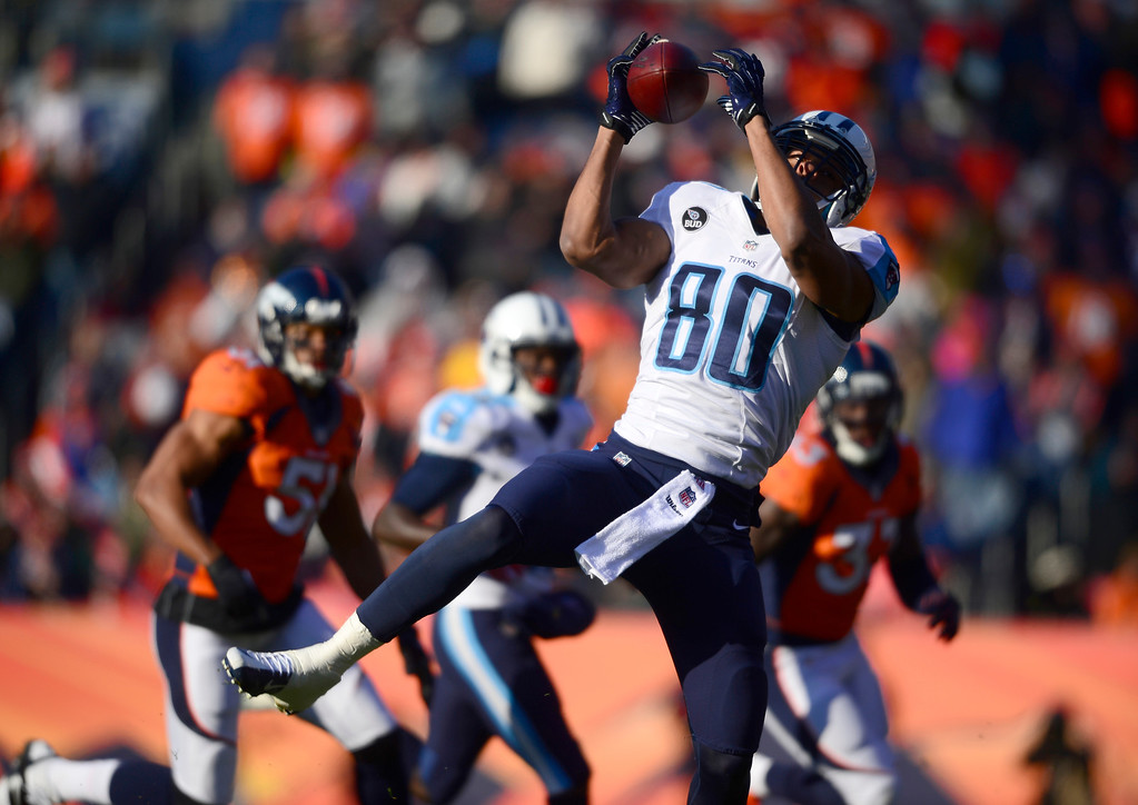 . Tennessee Titans tight end Visanthe Shiancoe (80) makes a catch in the first quarter.  (Photo by AAron Ontiveroz/The Denver Post)