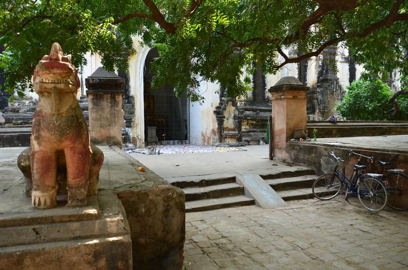 DSC_3868-thatbyinnyu-pahto-entrance.JPG
