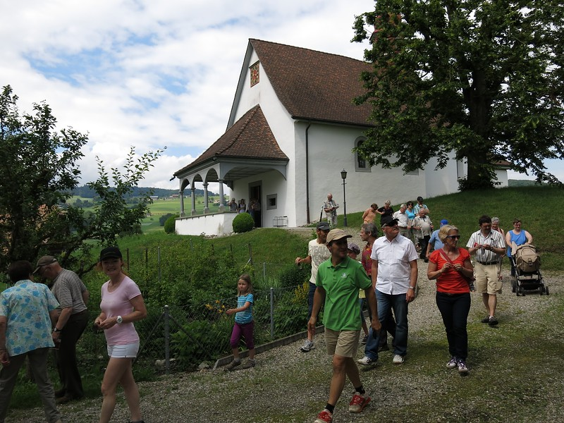 Kapelle St. Andreas mit Exkursionsteilnehmern