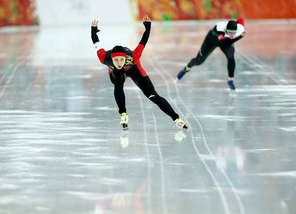 . Hong Zhang of China competes Christine Nesbitt of Canada during the 1000m Women\'s  Speed Skating event in the Adler Arena at the Sochi 2014 Olympic Games, Sochi, Russia, 13 February 2014.  EPA/VINCENT JANNINK