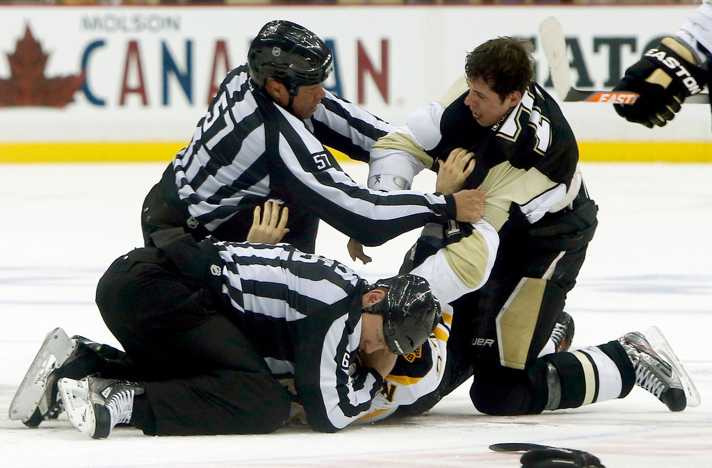 . Boston Bruins\' Patrice Bergeron fights with Pittsburgh Penguins Evgeni Malkin during the second period of Game 1 of their NHL Eastern Conference finals hockey playoff series in Pittsburgh, Pennsylvania June 1, 2013.   REUTERS/Jason Cohn
