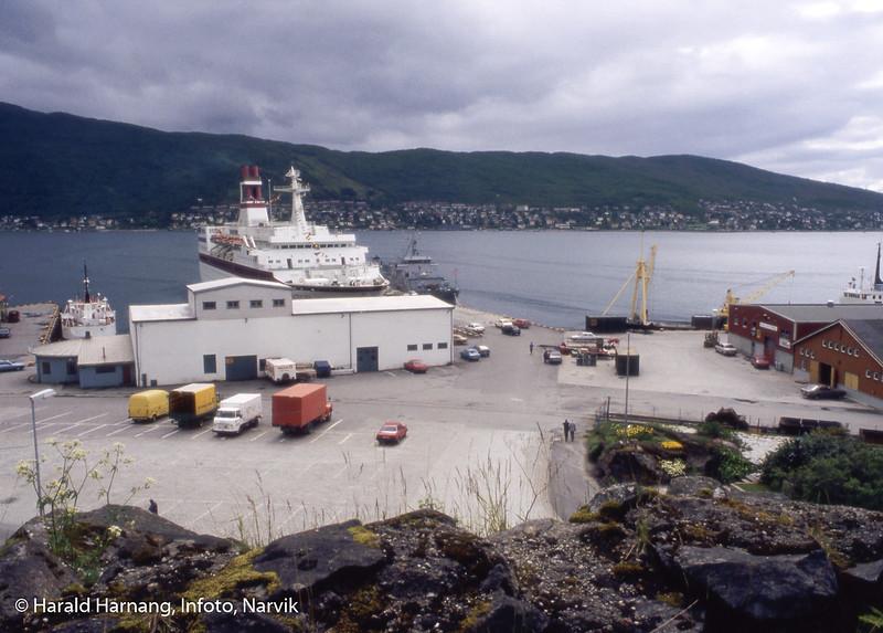 Narvik havn, området nedenfor Havnens Hus. Skip Astor ved pir 1. Øvrige skip ukjent. Stor hvit bygning er fryselager. Blå bygning til venstre er/var lastebilsentral.