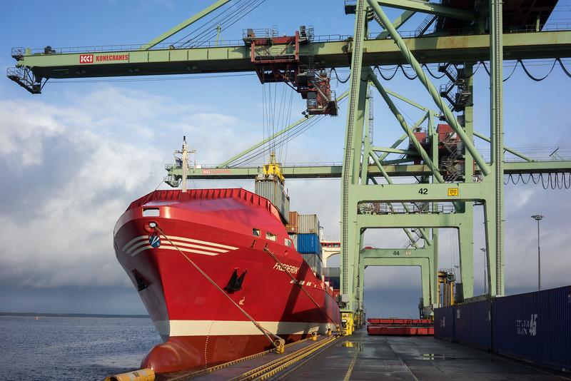Containerschiff Frederik im Containerterminal Kotka Finnland