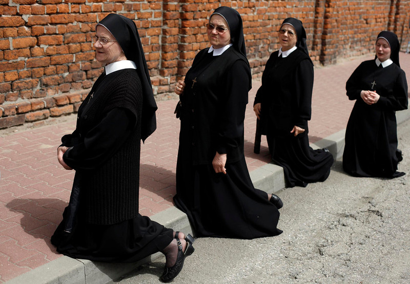 . Nuns kneel on a street as they take part in a Corpus Christi procession in Gora Kalwaria near Warsaw May 30, 2013.  REUTERS/Kacper Pempel