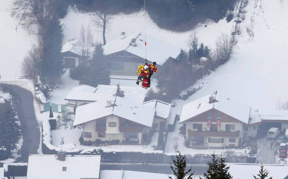 Description of . Lindsey Vonn of the U.S. is airlifted after crashing during the women's Super G race at the World Alpine Skiing Championships in Schladming February 5, 2013. REUTERS/Dominic Ebenbichler