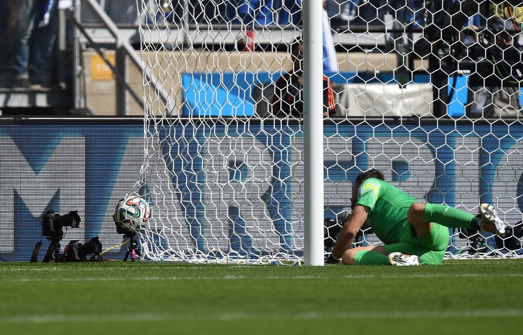 . Greece\'s goalkeeper Orestis Karnezis fails to stop a goal from Colombia\'s defender Pablo Armero during a Group C football match between Colombia and Greece at the Mineirao Arena in Belo Horizonte during the 2014 FIFA World Cup on June 14, 2014.     AFP PHOTO / PEDRO UGARTE