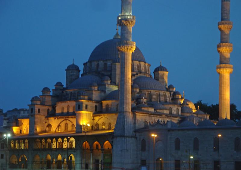 Yeni Mosque night close-up.jpg