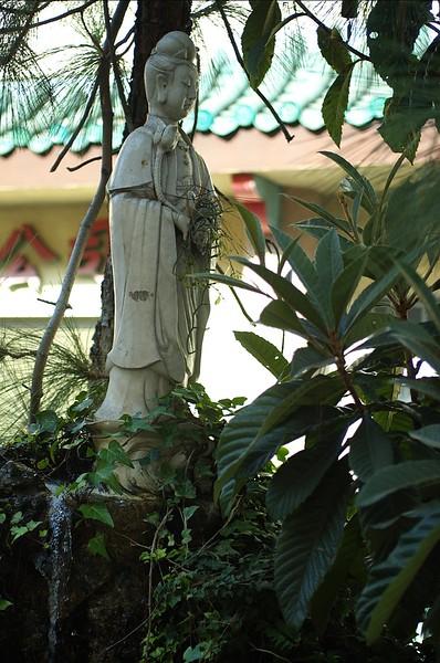 ChinatownWestPlaza021-Statue-2006-10-25.jpg