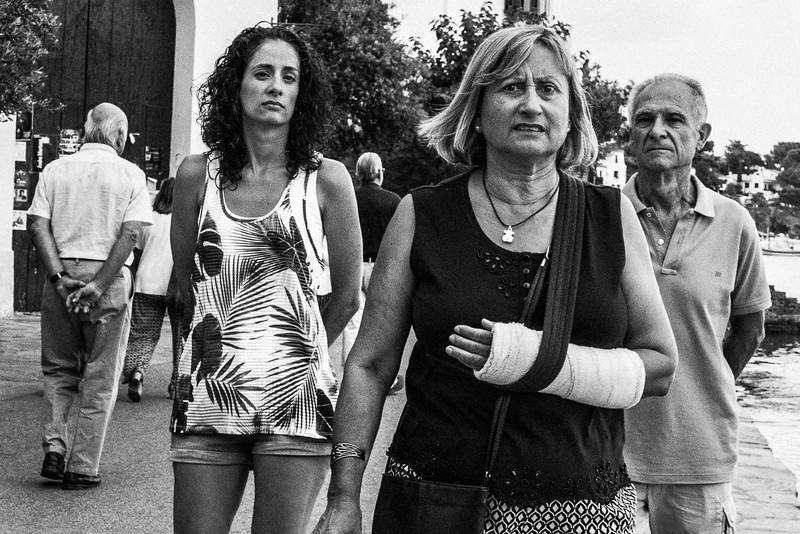 BROKEN_ARM_WOMAN_WITH_FAMILY_CADAQUÉS.jpg