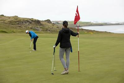Jóhanna Bárðardóttir púttar og Elín passar upp á stöngina.