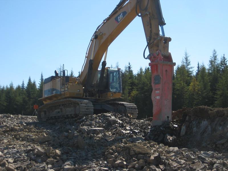 NPK GH40 hydraulic hammer on Cat excavator (11).jpg