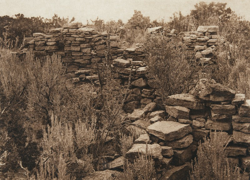 Ruins on Corn Mountain - Zu–i (The North American Indian, v. XVII. Norwood, MA, The Plimpton Press,  1926)