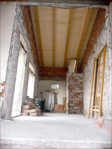 On a aussi retiré le mur d'accès au couloir pour en refaire un autre, l'ancien est a moitié tombé à la démolition du toit