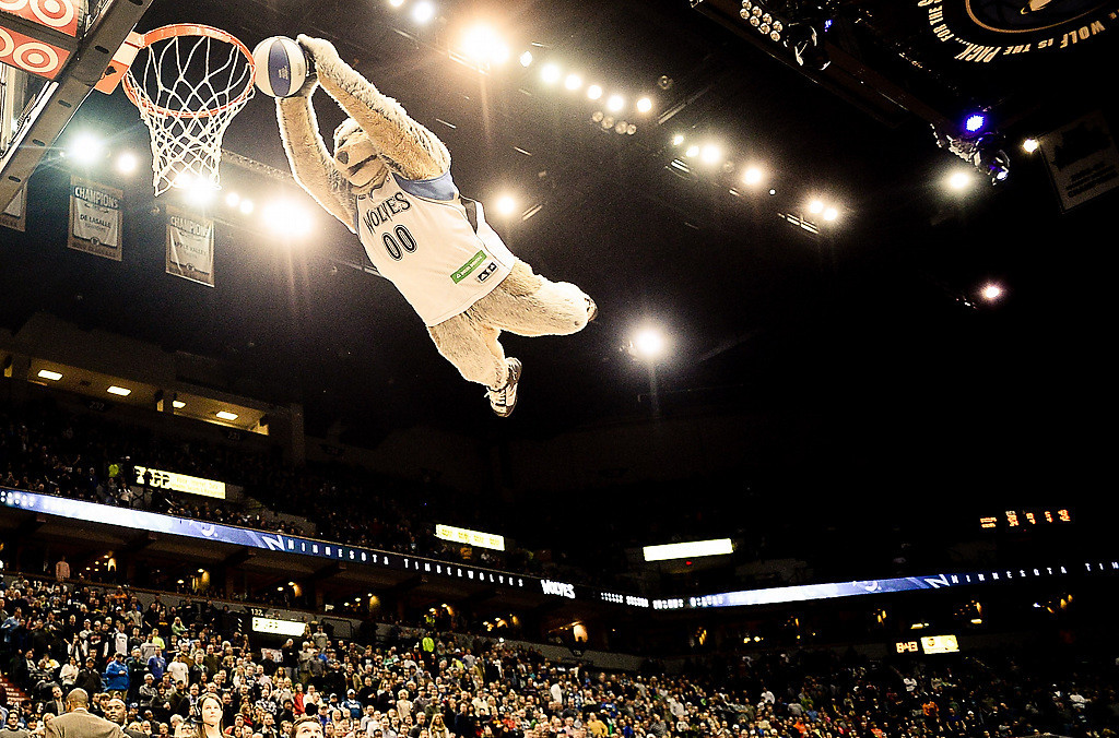 . Crunch goes airborne during a timeout. (Pioneer Press: Ben Garvin)