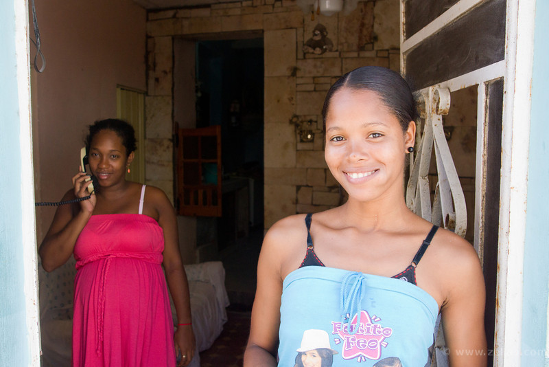 Joven con hermosa sonrisa y su prima embarazada!