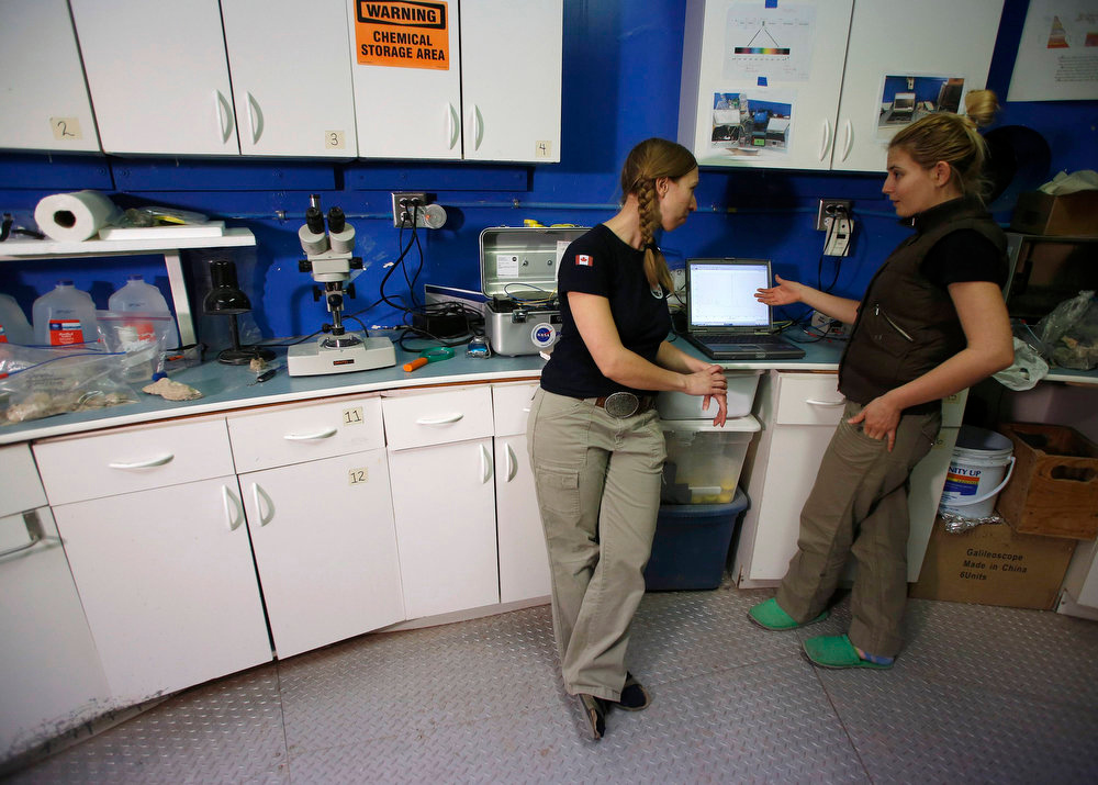 . Melissa Battler (L), a geologist and the commander of Crew 125 EuroMoonMars B mission, and geologist Csilla Orgel analyze geologic samples collected at the Mars Desert Research Station (MDRS) outside Hanksville in the Utah desert March 2, 2013.  REUTERS/Jim Urquhart