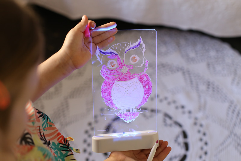 Aloka-ColourMe-LED-Owl-Luminous-distribution-with-Pens-lifestyle-11.jpg
