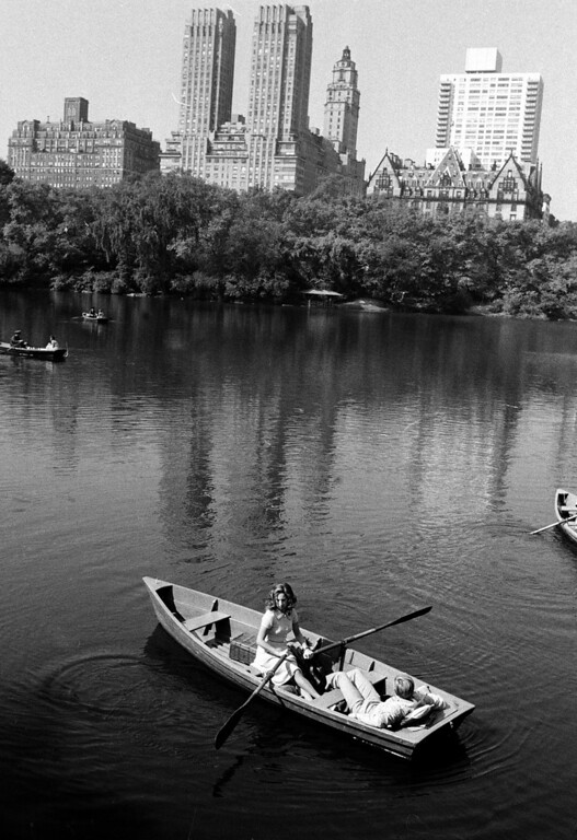 ". Barbra Streisand takes over the oars while Robert Redford relaxes in the back of the boat during filming of a scene from the movie ""The Way We Were\"" on location in New York\'s Central Park on Oct. 3, 1972.  (AP Photo)"