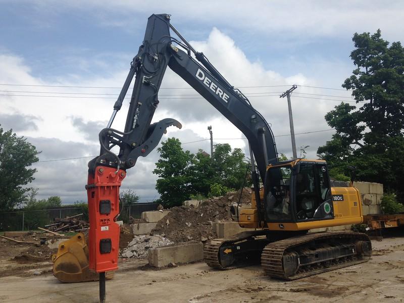 NPK GH7 hydraulic hammer on Deere excavator (2).JPG