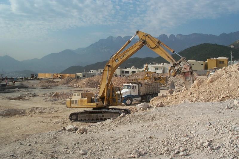 NPK E225 hydraulic hammer on Deere excavator (11).jpg