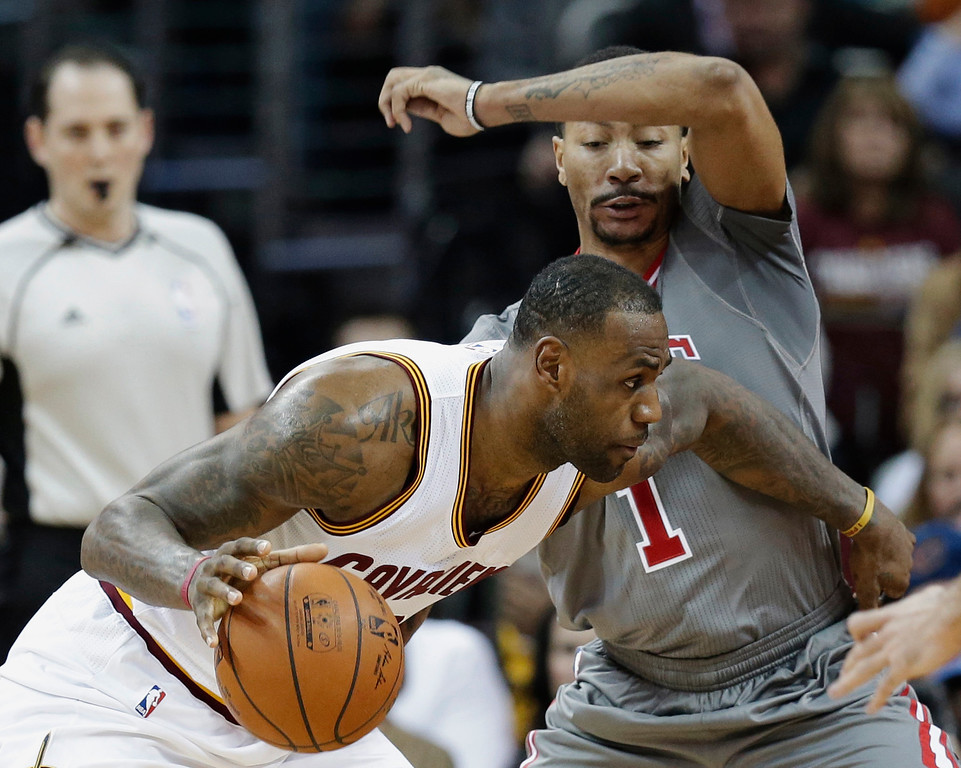 . Cleveland Cavaliers\' LeBron James (23) drives past Chicago Bulls\' Derrick Rose (1) in the first half of an NBA basketball game Saturday, Jan. 23, 2016, in Cleveland. (AP Photo/Tony Dejak)