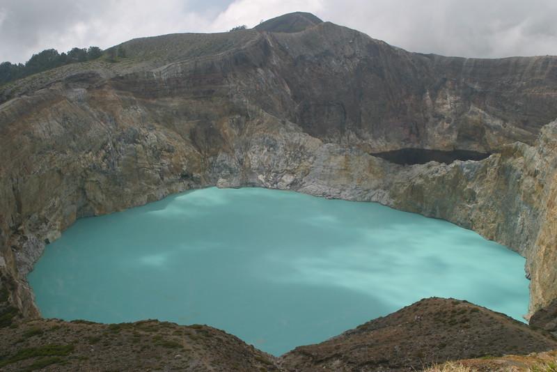 IN188-Kelimutu lake#black&turquoise.JPG