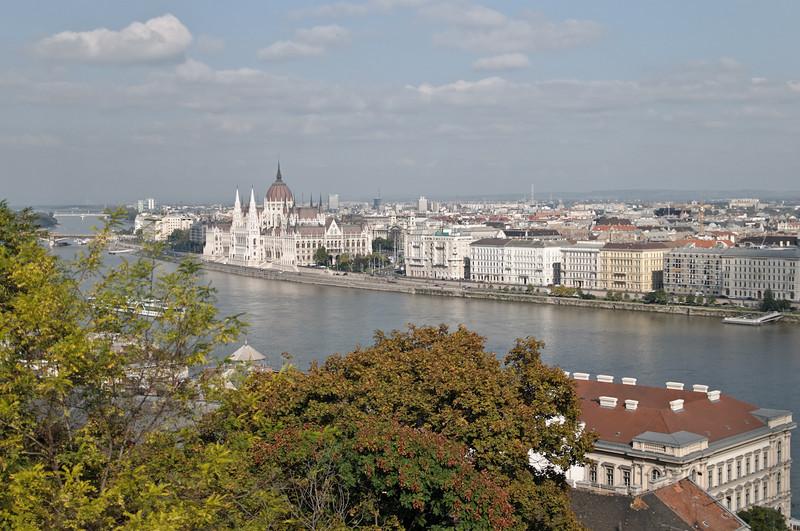 Oben hatte man eine tolle Aussicht auf den östlichen Teil der Stadt (Pest). Was so aussieht wie ein Dom, ist das ungarische Parlament.