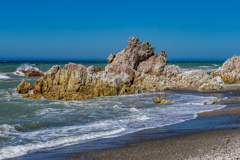 Farbenfrohe Felsen an der Küste bei Ward