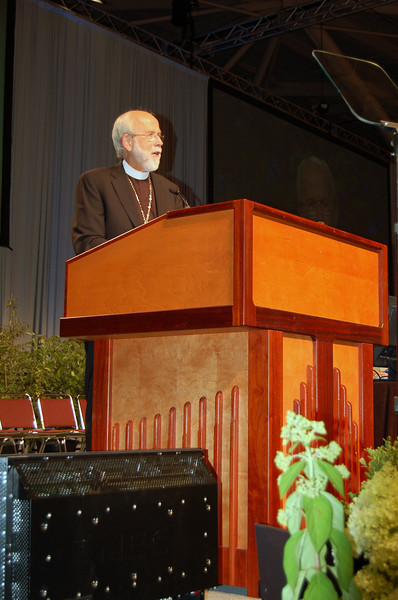 Bishop Hanson responds to a voting member during plenary session eight at the 2009 ELCA Churchwide Assembly.