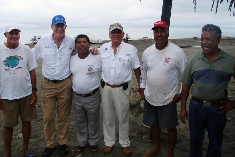 03) Cuatro pescadores y dos cientificos 17 jun 2010.JPG