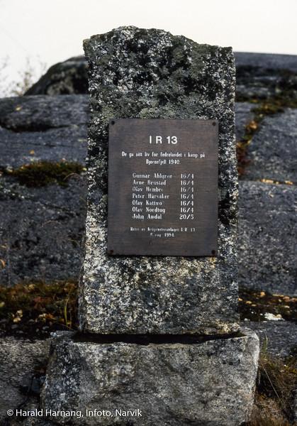 Minneplate nær Bjørnfjell stasjon, til minne om falne fra IR13 som kjempet her i 1940.