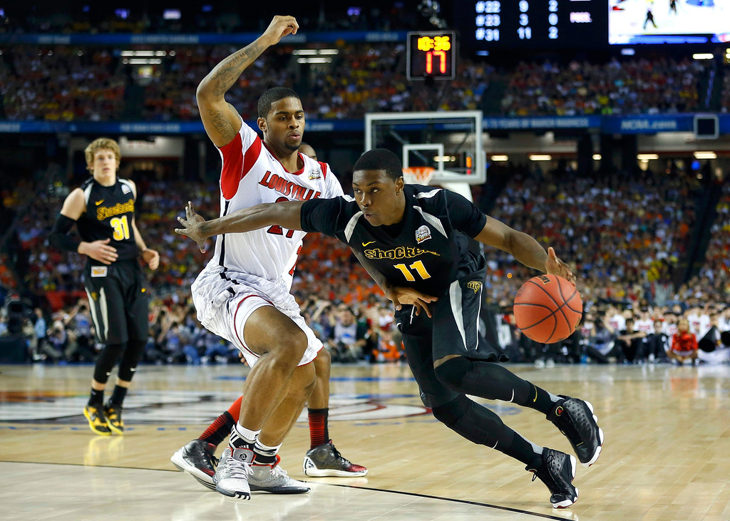 . Wichita State Shockers forward Cleanthony Early (R) drives past Louisville Cardinals forward Chane Behanan during the second half of their NCAA men\'s Final Four basketball game in Atlanta, Georgia April 6, 2013. REUTERS/Jeff Haynes