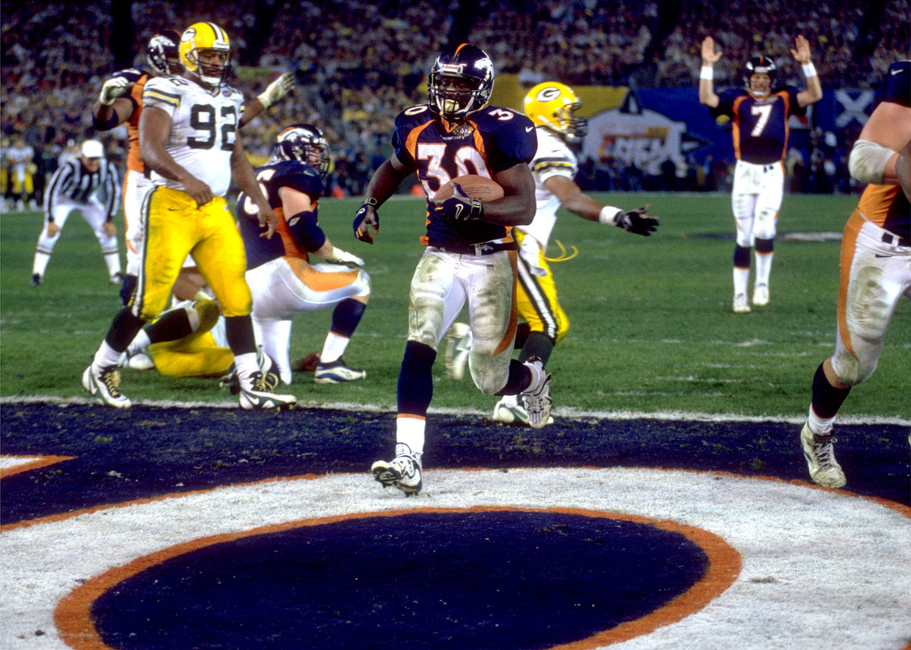 . The Broncos converted two turnovers to take a 17-7 lead in the second quarter before the Packers cut the score to 17-14 at halftime. Green Bay kept pace with Denver in the second half before tying the game with 13:32 remaining. Both defenses stiffened until Broncos running back Terrell Davis scored the go-ahead touchdown with 1:45 left. Denver beat the Packers 31-24.   Super Bowl XXXII Denver vs. Green Bay Terrell  Davis rushes in from one yard out to give the Broncos a 31-24  lead during the final minutes of the fourth quarter. The Green  Bay Packers condeded the touchdown so that time was left on the  clock to mount a comeback. Photo by: Rich Clarkson