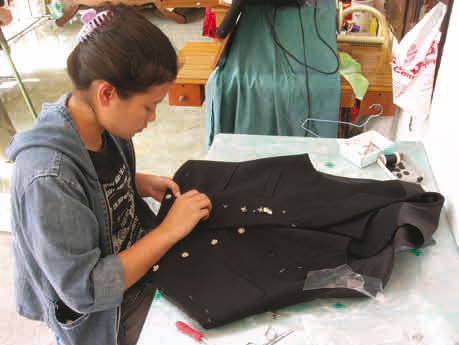 På gamlemåten: Over 70 personer arbeider med skreddersøm, veving, brodering og sølvarbeid i Chiang Mai